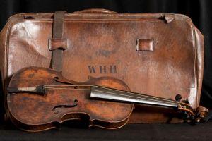 Violino e a mala em que foi encontrado o instrumento