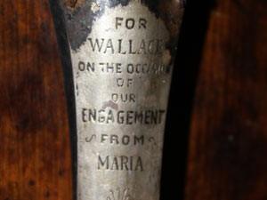 Placa em prata com os dizeres da noiva de Wallace Hartley.